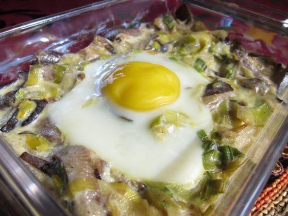 Huevos al plato con salteado de setas
