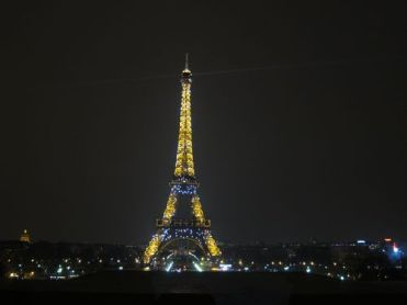 Torre Eiffel iluminada con destellos