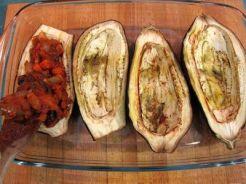 Berenjenas rellenas vegetarianas especiadas con salsa de yogur y mostaza