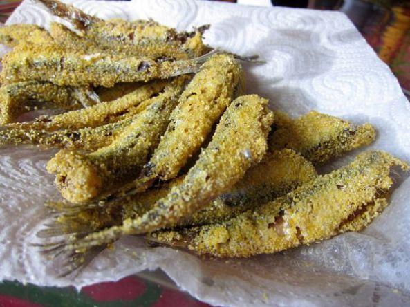 Boquerones fritos rebozados en polenta