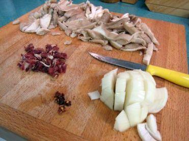 Salteado setas con almejas y jamón