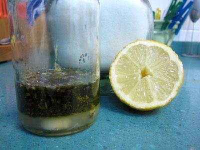 Poner la vinagreta en un bol al que añadiremos el pan cortado en daditos. Removemos para que se empapen en la vinagreta.