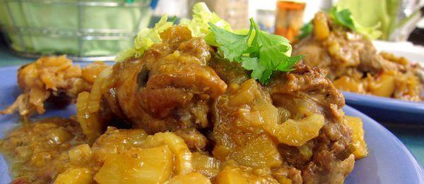 Pollo estilo criollo con piña y plátano