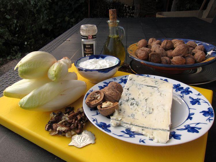 Endivias con salsa de yogur, gorgonzola y nueces
