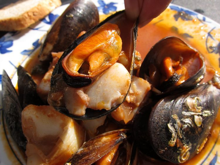 Bacalao con mejillones en salsa picante