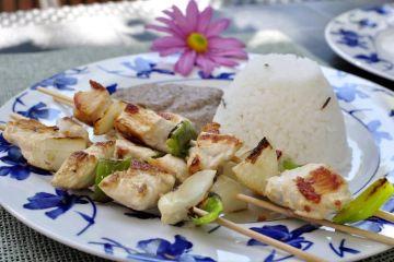 brochetas-de-pollo-con-salsa-de-champiñones-