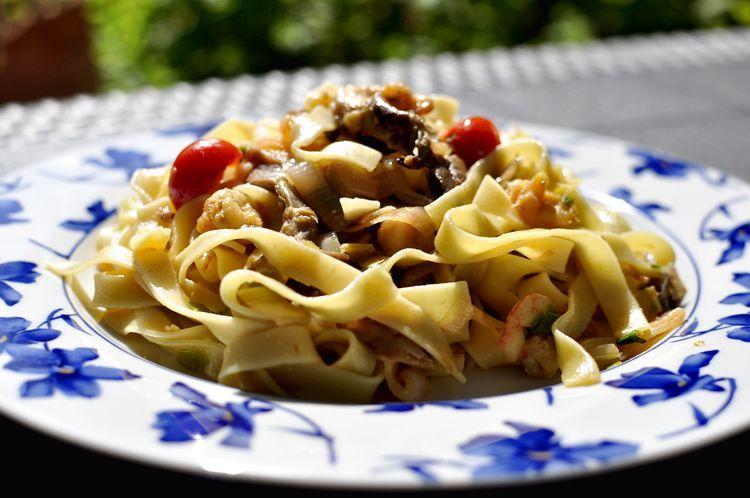 Nidos de pasta con gambas, setas y tomates cherry