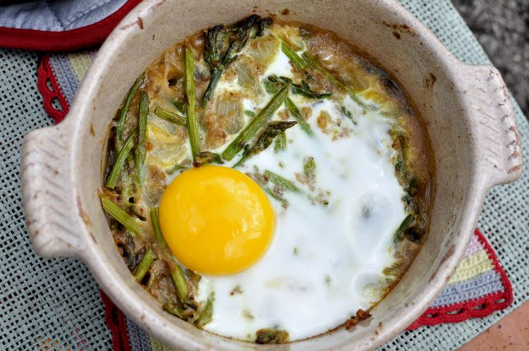 Cazuela de espárragos verdes con huevo al horno