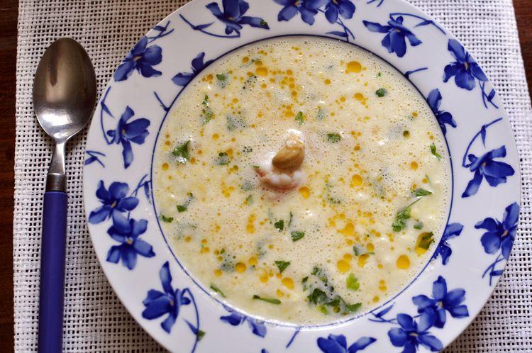 Sopa fría de maíz, gambas y anacardos