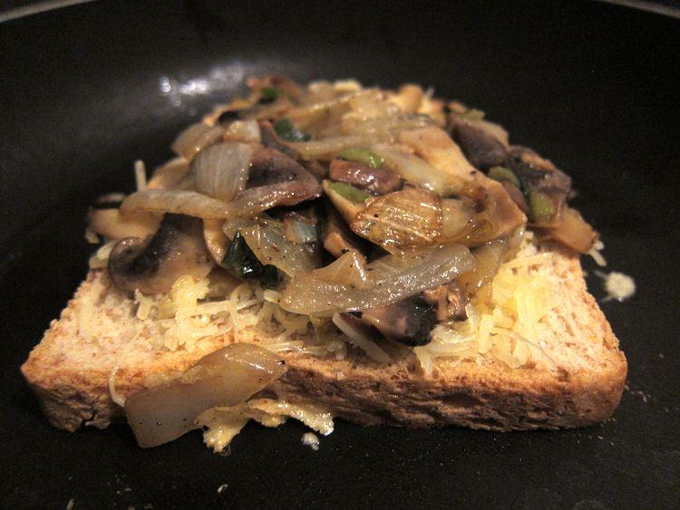 sandwich-vegetariano-de-champinones-cebolleta-y-queso-05