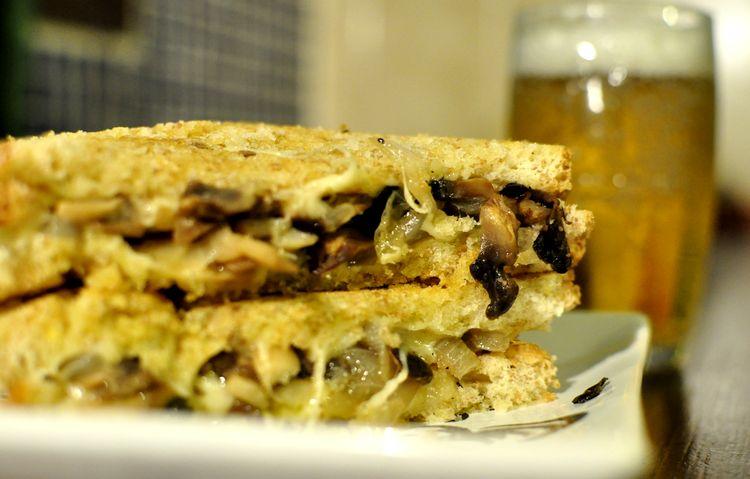 sandwich vegetariano de champinones cebolleta y queso