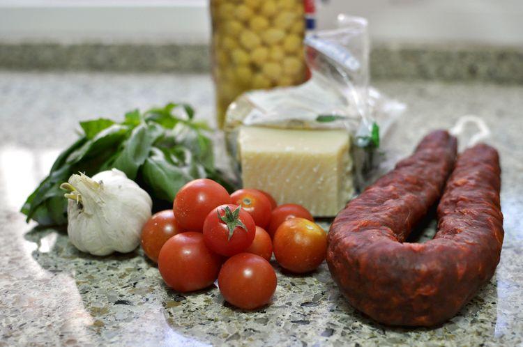 Garbanzos con chorizo, tomates cherry y albahaca