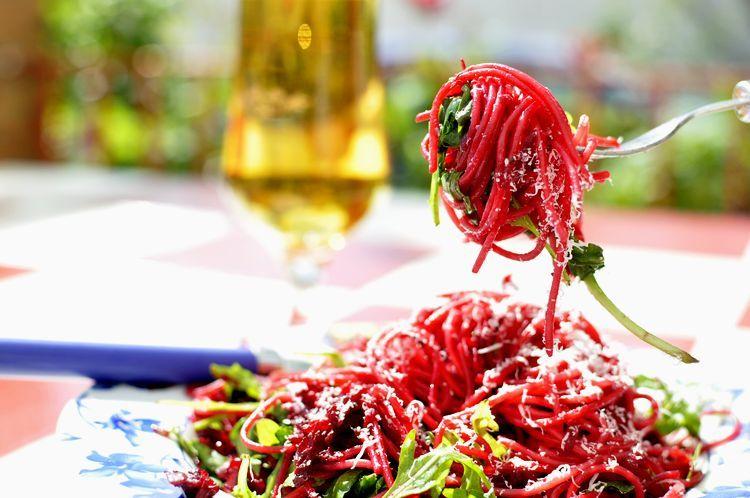 espaguetis con remolacha y rúcula