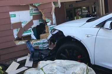Tesla вновь попала в аварию на автопилоте