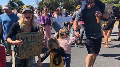 Photo of Chris Hemsworth y Elsa Pataky en medio de una protesta de calle con sus hijos