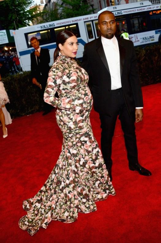 Kim Kardashian ha hecho su aparición en la alfombra roja del MET, embarazadísima, con un vestido de Givenchy y junto a su pareja, el rapero Kanye West.