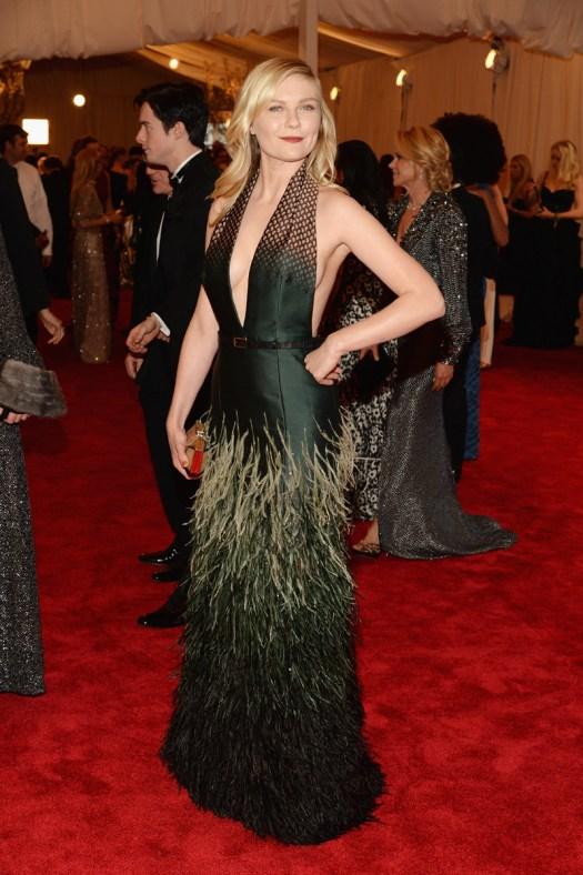 Kirsten Dunst, musa de las hermanas de Rodarte, ha elegido para esta edición de la Gala del Met un diseño de Wes Gordon, que también ha vestido a Hilary Rhoda.