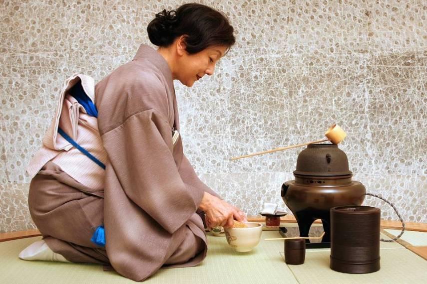 Señora practicando la ceremonia del té japonesa