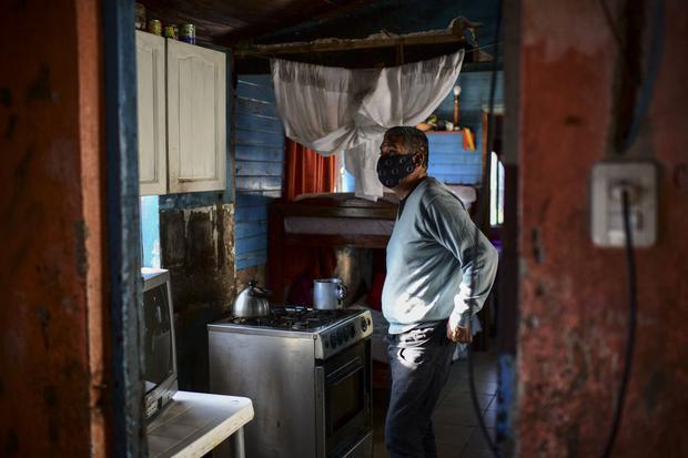Raúl Almirón prepara café en su casa de Florencio Varela. (Foto de RONALDO SCHEMIDT / AFP).