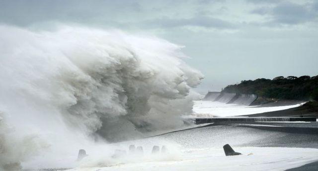 También golpearon la orilla del mar en Mihama. (Foto: EFE).