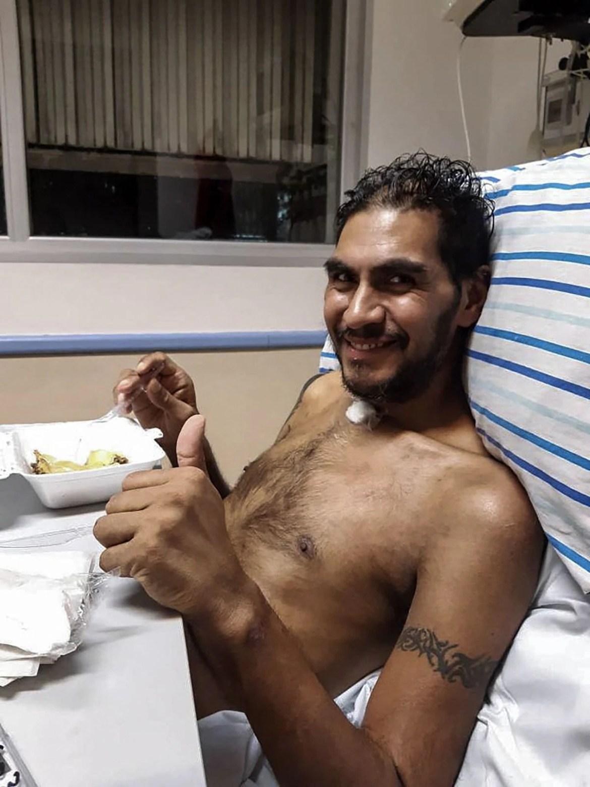 El sobreviviente de Covid-19 Raúl Gutiérrez es fotografiado el 9 de septiembre de 2020 en el hospital El Cruce, en Florencio Varela. (Foto de LAURA ZABALA / AFP).