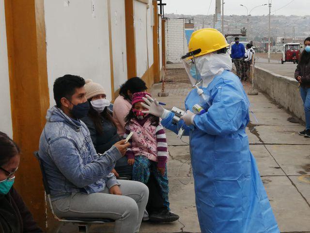 La enfermera le tomará temperatura a la persona que vaya a un punto COVID.  (Foto: Minsa)