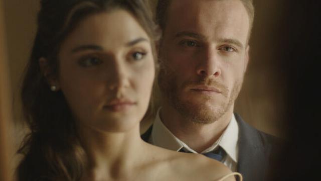 Eda Yıldız es interpretada por Hande Erçel y Serkan Bolat es interpretado por Kerem Bürsin (Photo: MF Production)