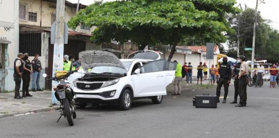 Imagen del vehículo que fue abandonado por los delincuentes tras el asesinato en una clínica de Guayaquil. (Captura/Extra de Ecuador).