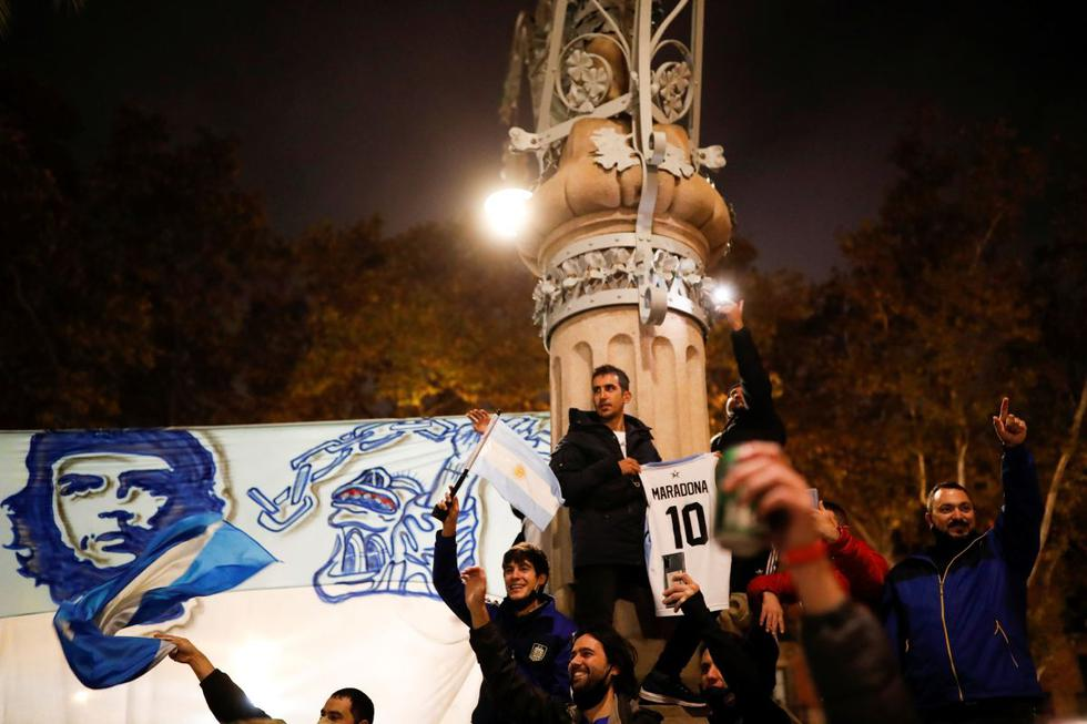 Los fanáticos rinden homenaje a la leyenda del fútbol argentino Diego Maradona. (REUTERS/Nacho Doce).