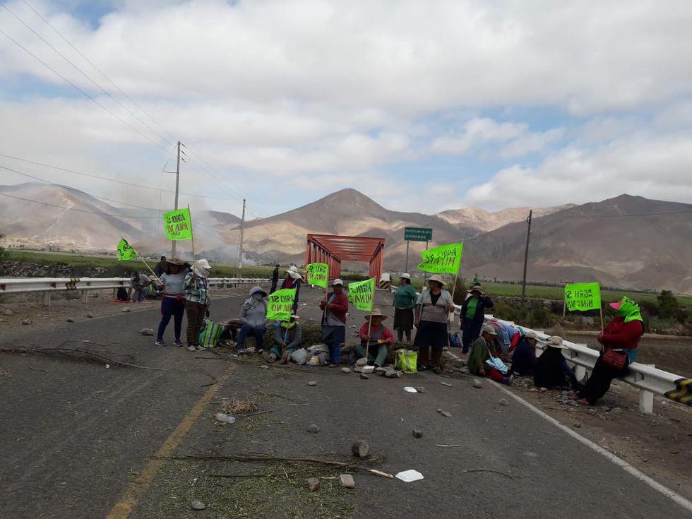 Pobladores mantienen bloqueo de vías en el Valle de Tambo por lo que la PNP ha procedido a despejar las carreteras. (Foto: Zenaida Condori)