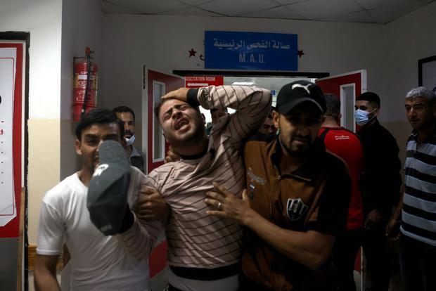 Los palestinos lloran en un hospital en el norte de la Franja de Gaza tras los bombardeos de Israel. (Foto de MOHAMMED ABED / AFP).