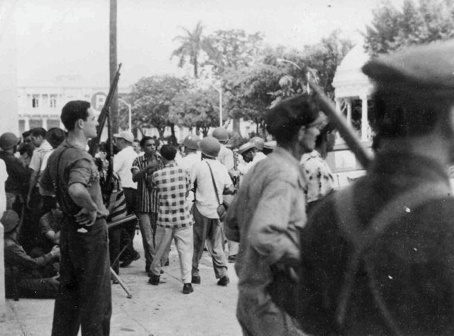 El pueblo cienfueguero armado, en las inmediaciones del Parque Martí el 5 de septiembre de 1957. Foto Ecured.