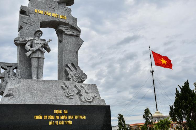 Monumento a los guardianes de la frontera (orilla norte)