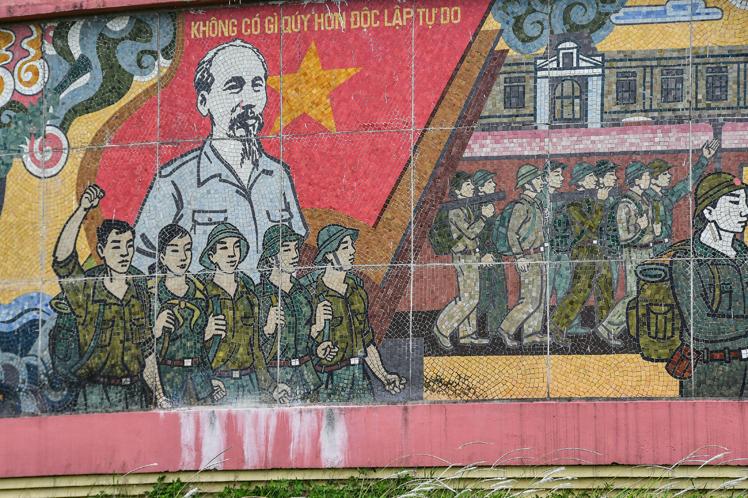Mural con mosaicos al pie del monumento