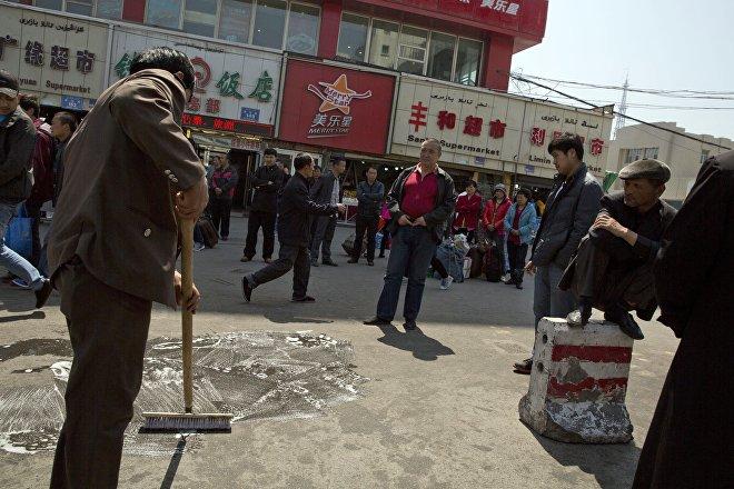 El 30 de abril de 2014 se produjo un atentado contra la población civil en la estación de tren de Urumchi, capital regional de Xinjiang, que dejó tres muertos y 79 heridos