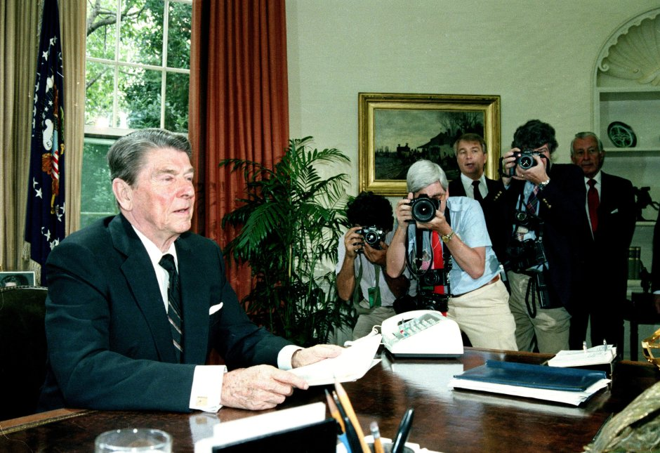 El presidente Ronald Reagan se dirige a la Cámara de Representantes, en el despacho oval de la Casa Blanca, el 25 de junio de 1986