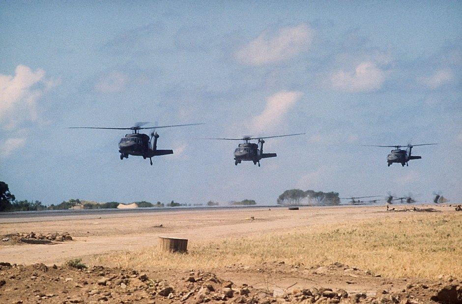 Helicópteros estadounidenses UH-60A en la base aérea Point Salinas