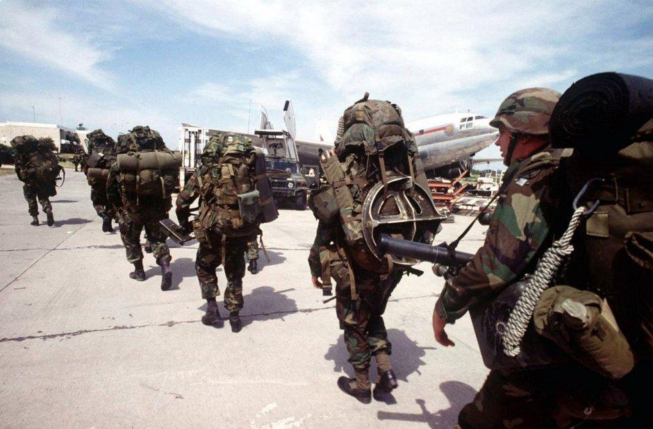 Militares estadounidenses en el aeropuerto de Puerto Príncipe