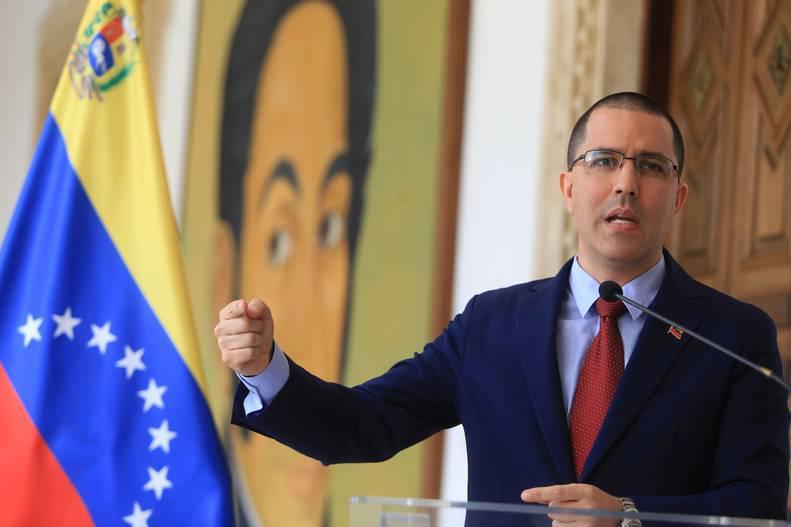 Caracas amenaza con responder a invasión de su embajada por EEUU
