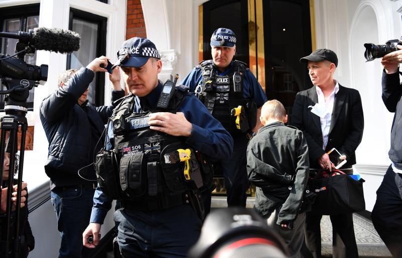 Ecuador comienza a entregar a EE.UU. las pertenencias de Assange