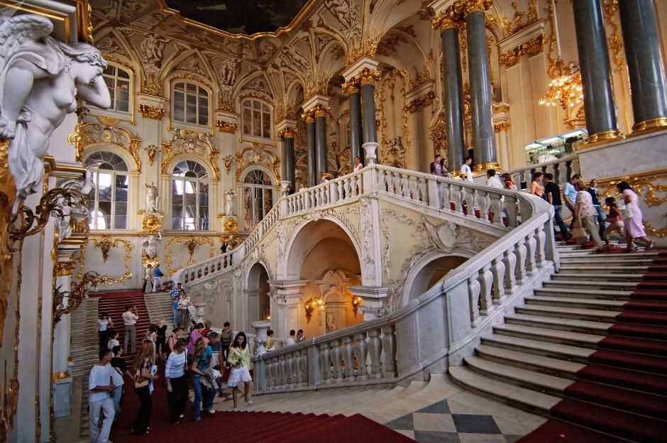 Algunos turistas en las escaleras jordanas del museo Hermitage