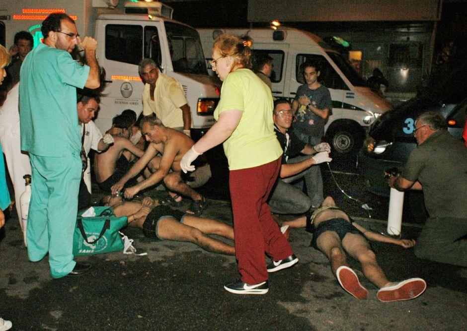Médicos atienden a las víctimas la noche de la tragedia