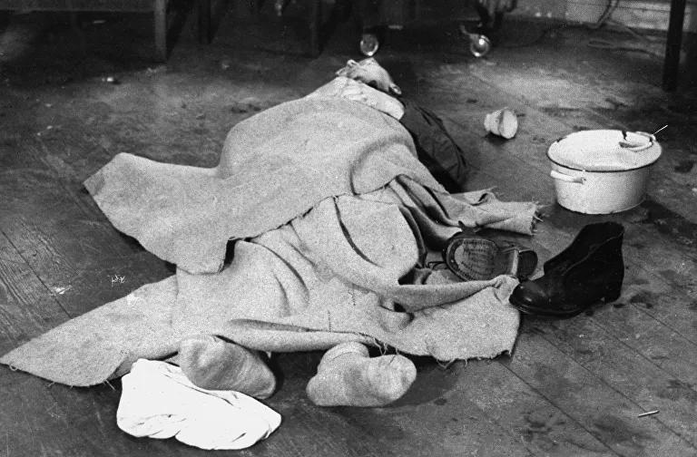 El cuerpo de Himmler después de que se suicidara