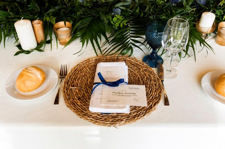 detalle decoración mesa - Una boda con plumeros