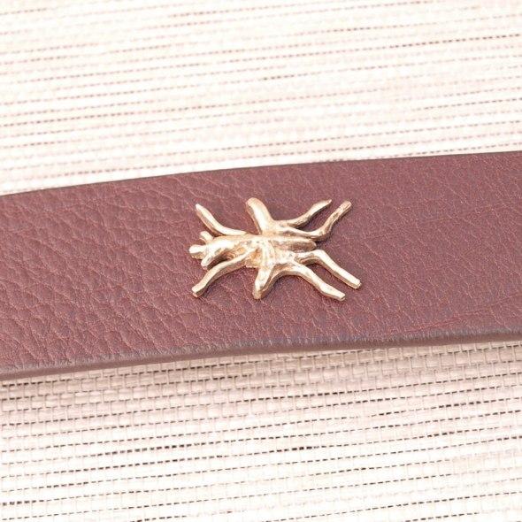 cinturones de cuero con iniciales marron