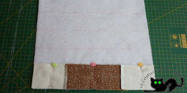 Coloca las dos primeras tiras con alfileres y fíjate en las guías para no torcerte al coser