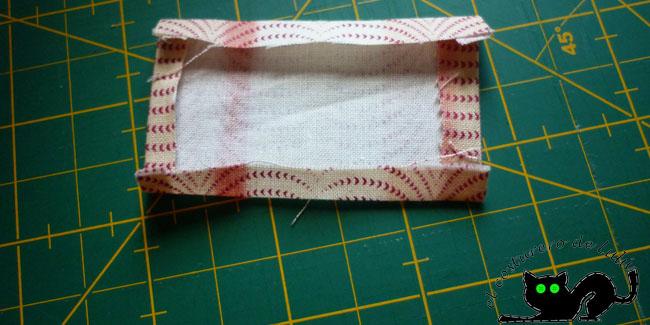 Preparamos un rectángulo de tela que nos de para cubrir la cremallera