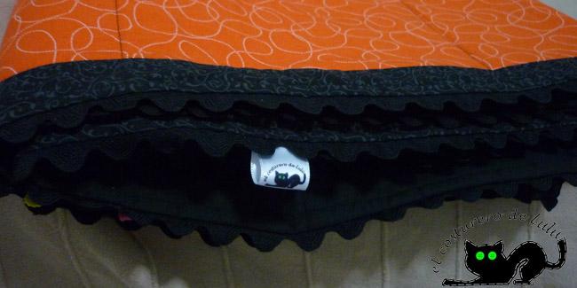 Mi quilt naranja con piquillo alrededor