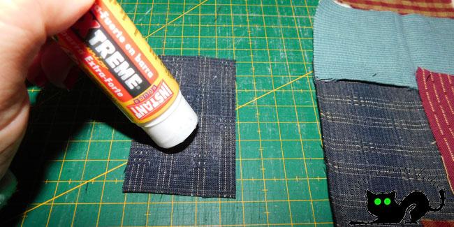 Pegamos los trozos de tela con pegamento de barra