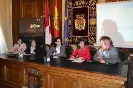 Algunas de las féminas del Cuenco de Cuenca y Martha, de la Diputación, presentando al grupo y al libro.